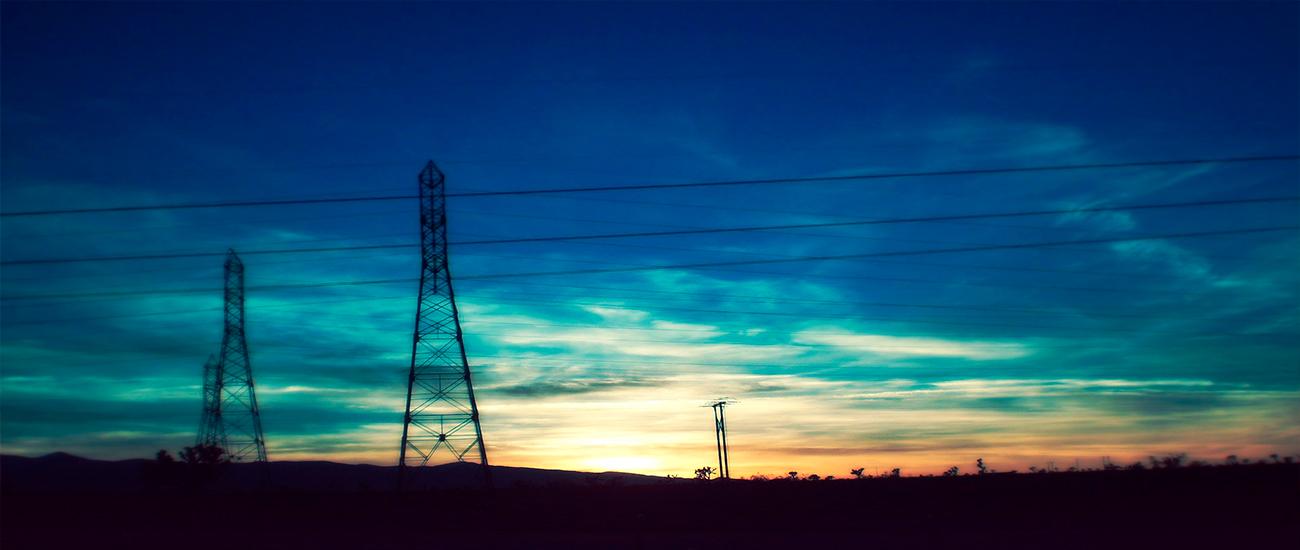 Torre alta tensión al amanecer